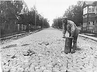 В пригороде Урицк начался ремонт мостовых.  Фото Цыганова. На снимке перспектива Урицкой улицы 14 июля 1935г.